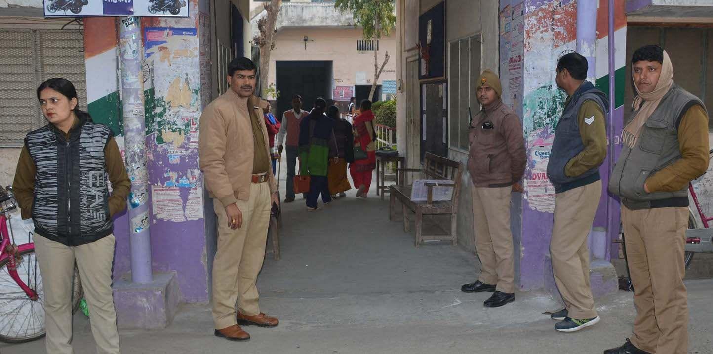 शामली हिन्दू कन्या  कॉलिज  में यू पी  बोर्ड हाई स्कूल की  परिक्षा के दोरान तैनात महिला पुलिसकर्मी
