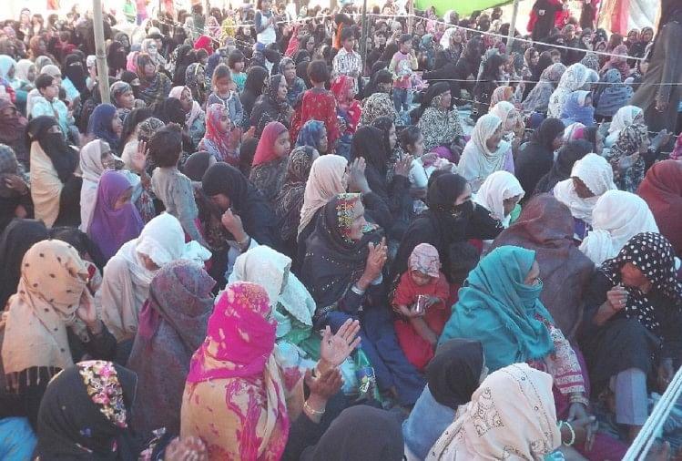 सहारनपुर के देवबंद में सीएए, एनपीआर और प्रस्तावित एनआरसी के विरोध में ईदगाह मैदान में चल रहा महिलाओं का धरना 25वें दिन भी जारी रहा। धरनारत महिलाओं ने कहा कि सरकार नहीं सुनेगी, तो जनता वोट से जवाब देगी।