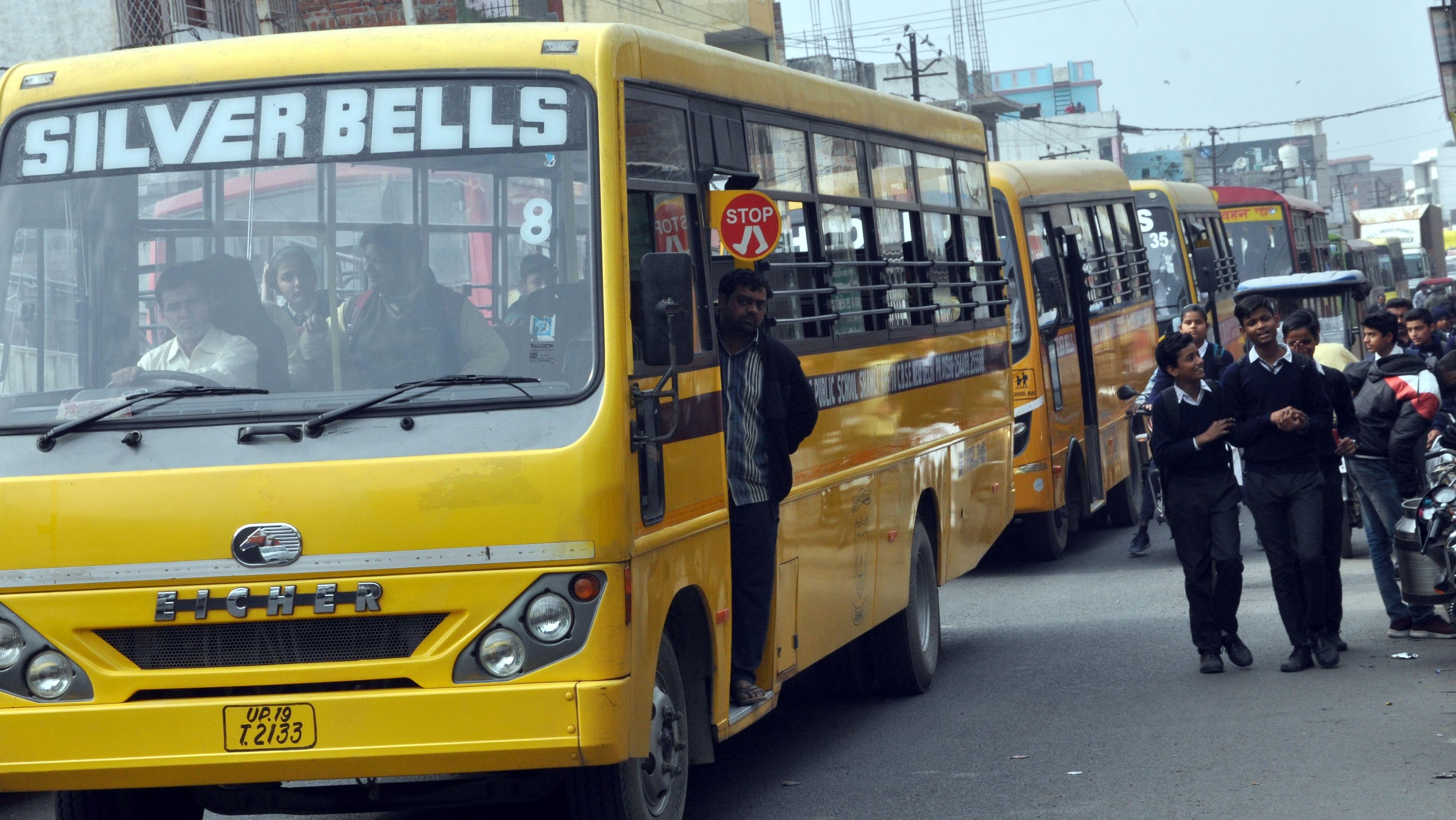 शामली बुढाना रोड पर जाम के दौरान वाहनो की लगी लाइन