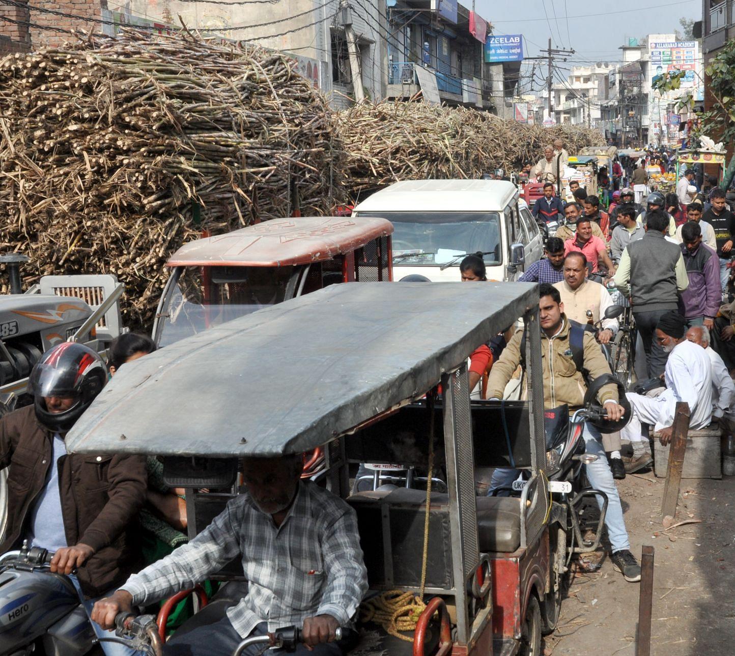 शामली  हनुमान टिल्ला  रोड  पर गन्ने की टैक्टर ट्रॉलियो से लगा जाम