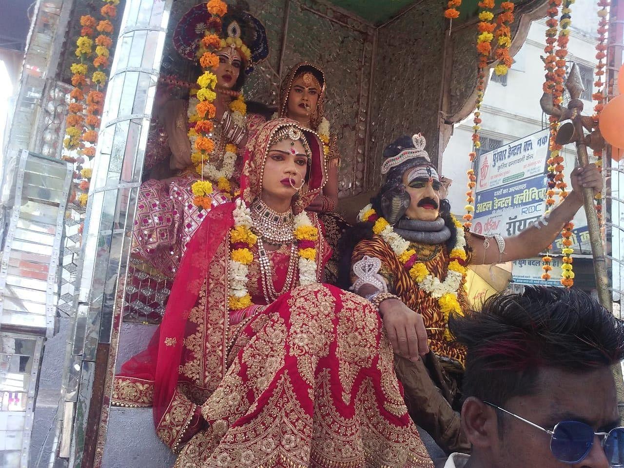 शिव बारात में शामिल शंकर पार्वती जी की झांकी