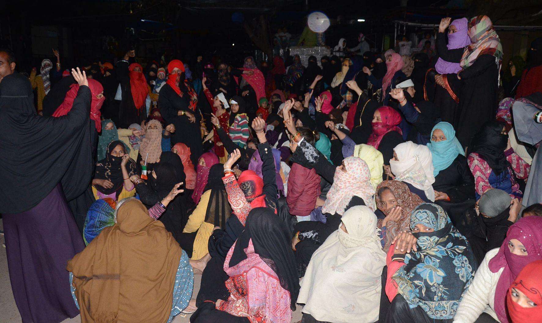 उपरकोट कोतवाली पर एनआरसी व सीएए के विरोध में प्रदर्शन करती महिलाएं।