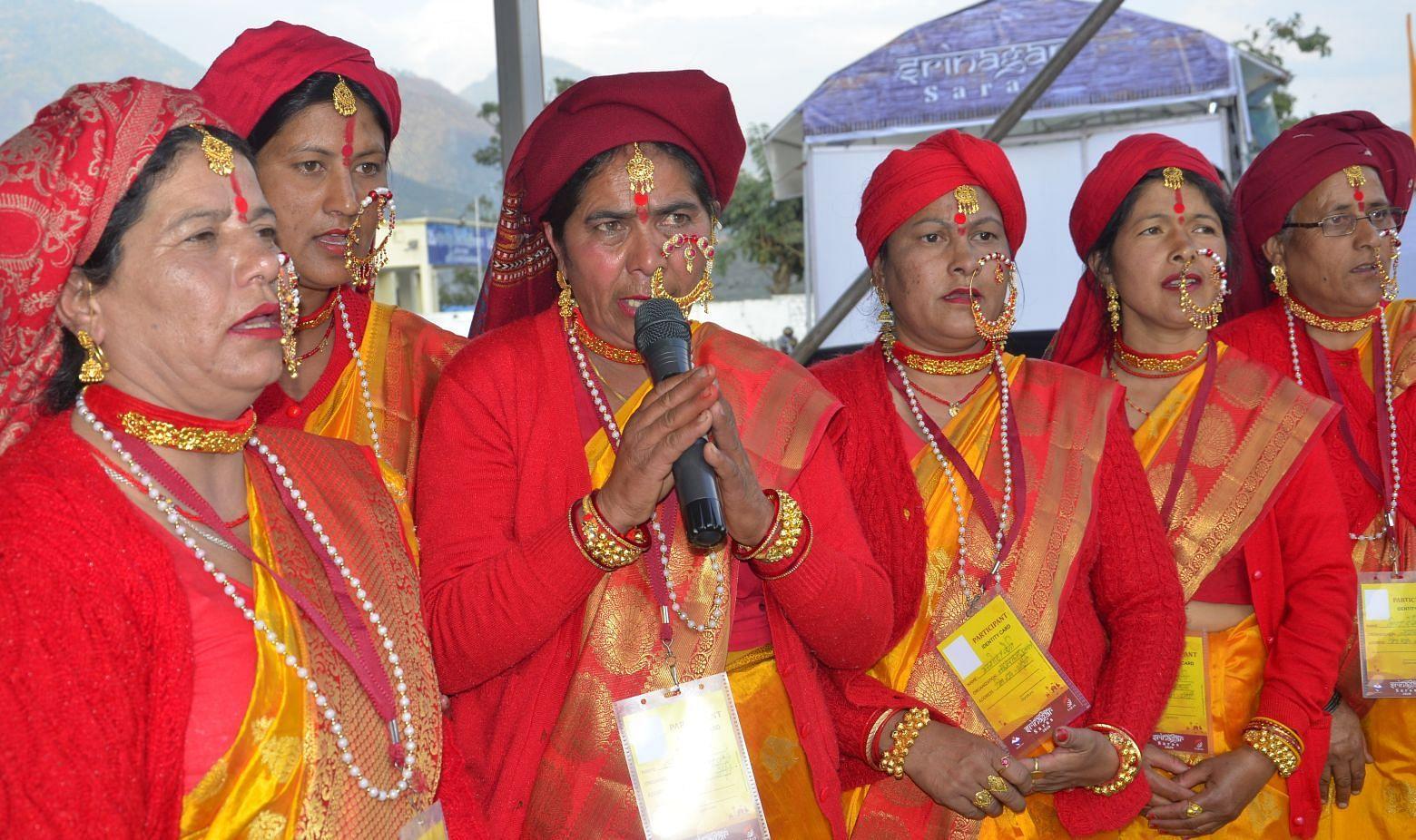 श्रीनगर मे सरस मेले के शुभारंभ के मौके पर स्वागत गान की प्रस्तुति देती महिलाएं
