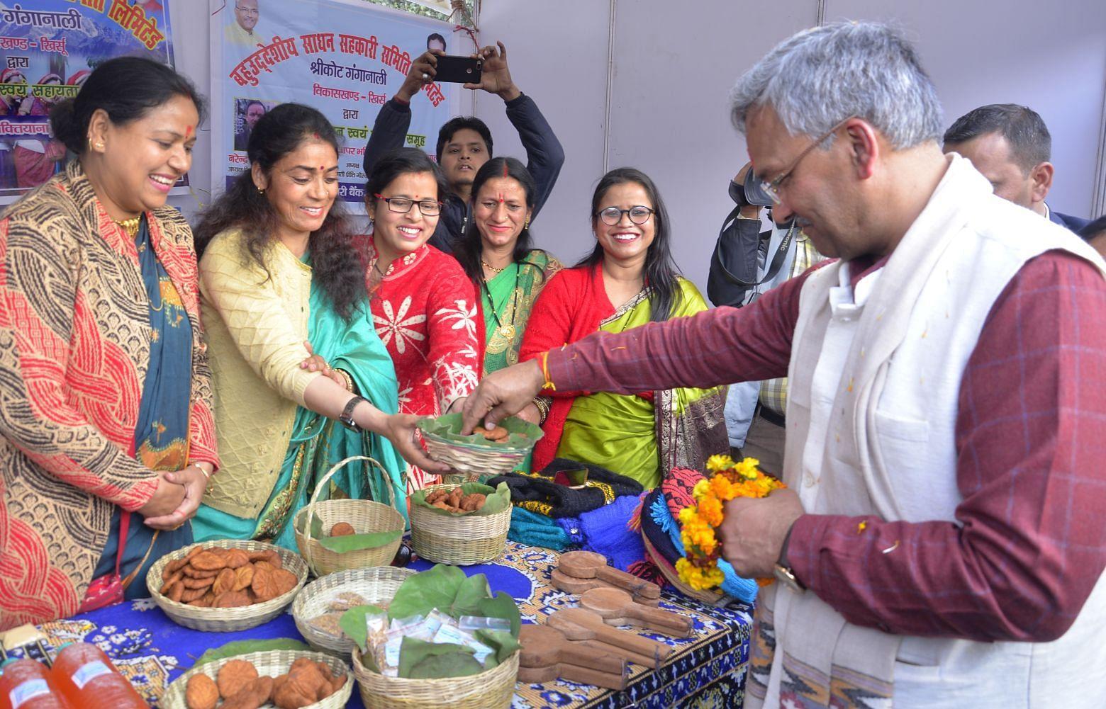 श्रीनगर मे सरस मेले के शुभारंभ मौके पर स्वयं सहायता समूह के उत्पादो का निरीक्षण करते  मुख्यमंत्र?