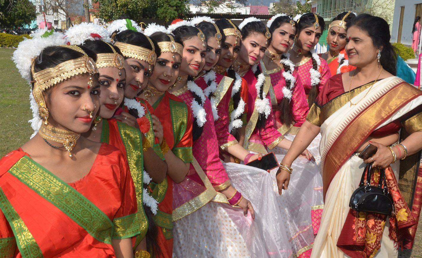 महिला विद्यालय डिग्री कालेज में वार्षिक सांस्कृतिक कार्यक्रम में प्रतिभागी छात्राएं ।