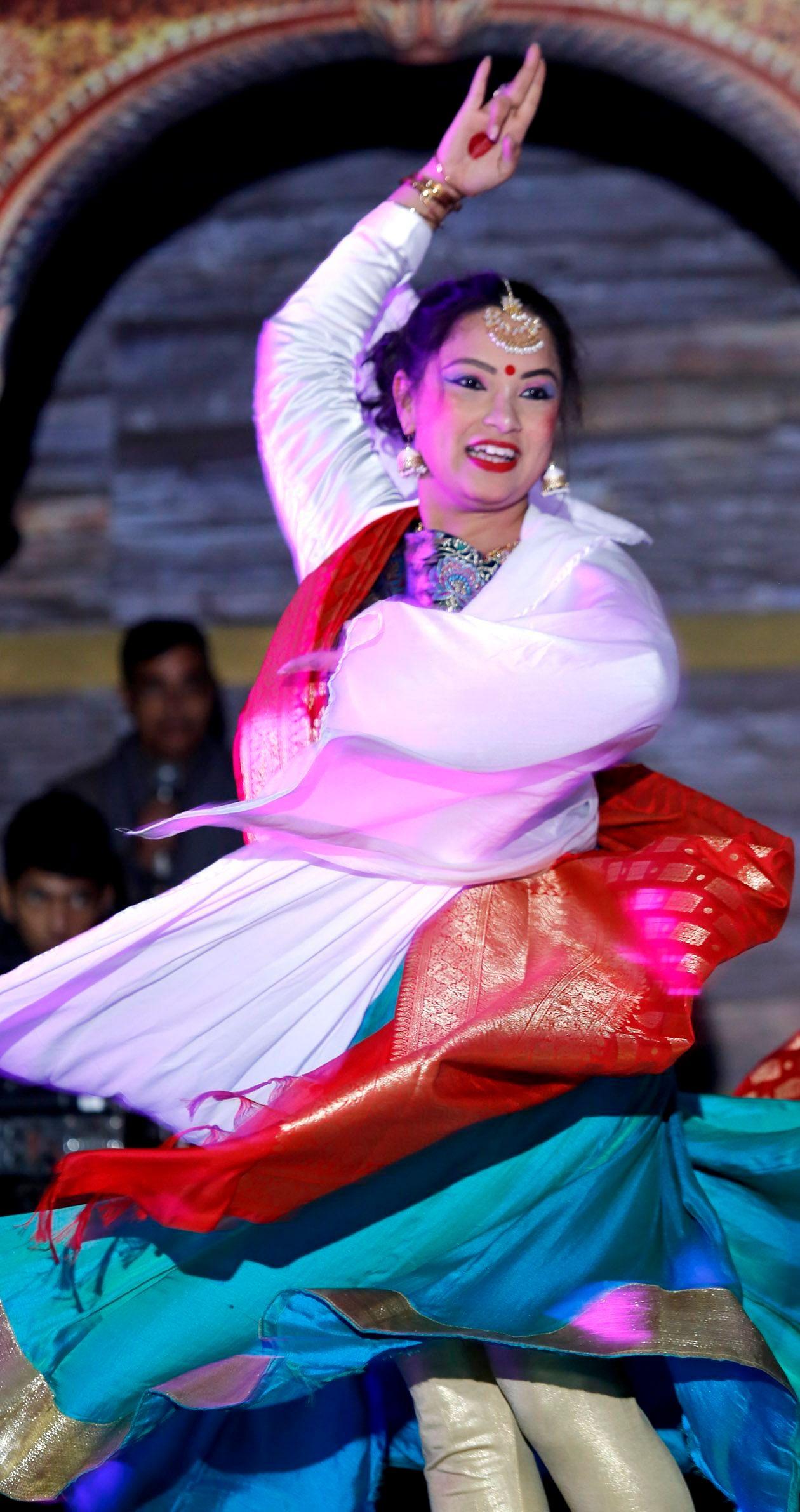 श्रीनगर सरस मेले मे कथक की प्रस्तुति देते कलाकार                                                         फोटो---- संवाद
