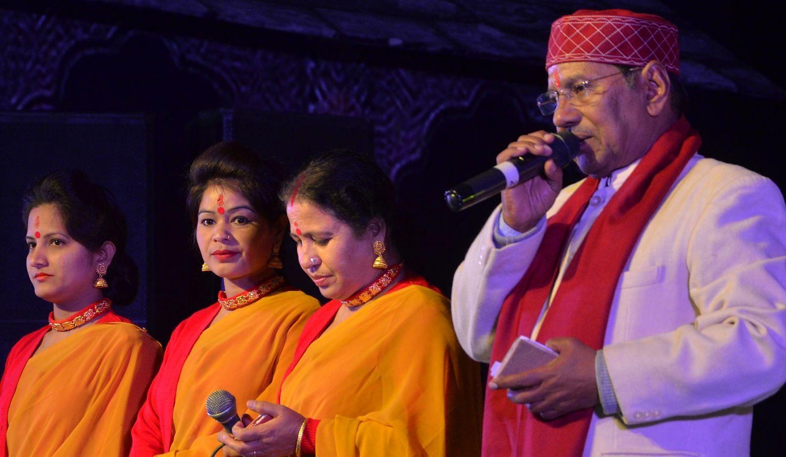 श्रीनगर सरस मेले मे संगीत की प्रस्तुति देते लोकगायक नरेन्द्र सिंह नेगी