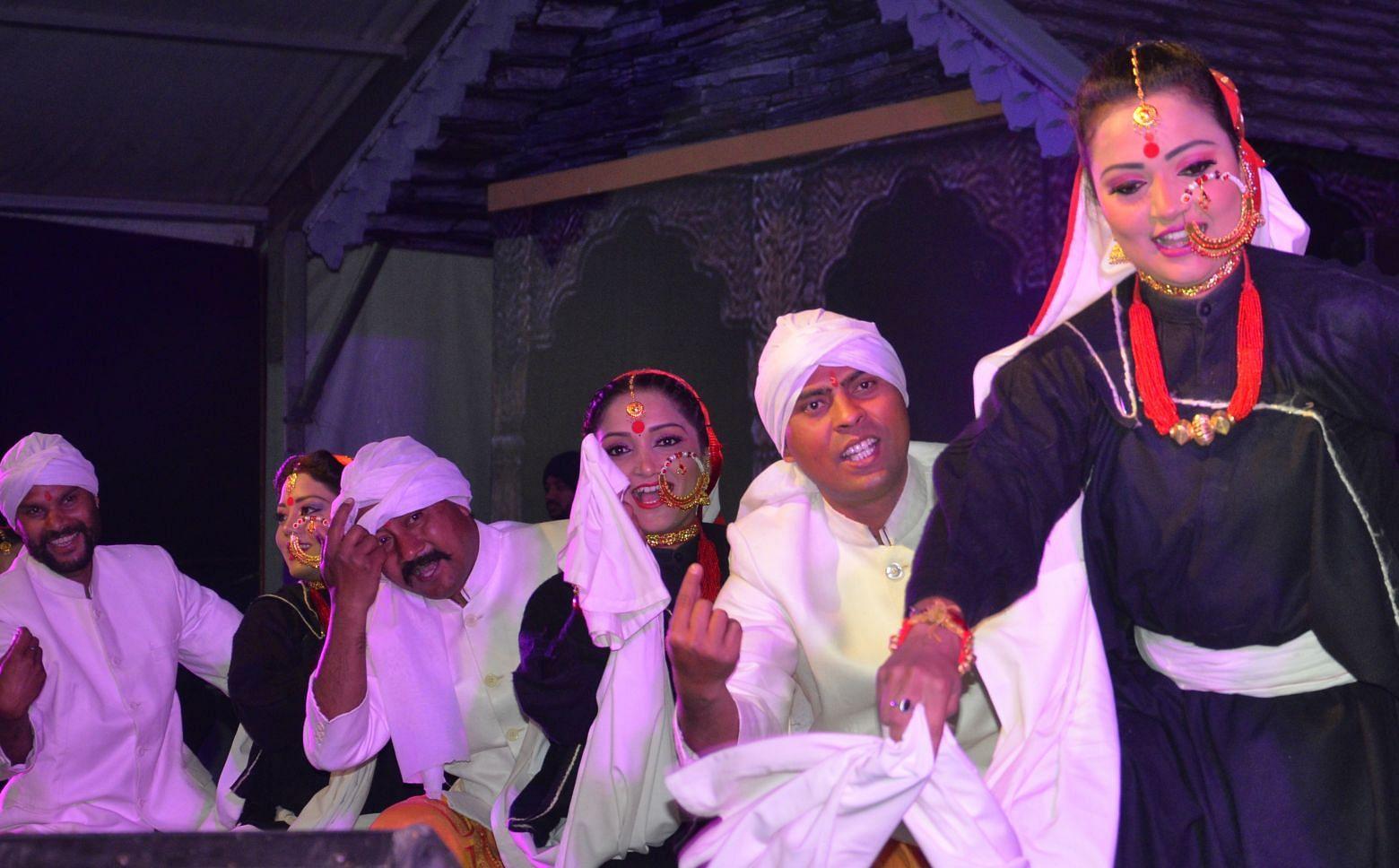 श्रीनगर सरस मेले मे  सांस्कृतिक कार्यक्रम की प्रस्तुति देते कलाकार