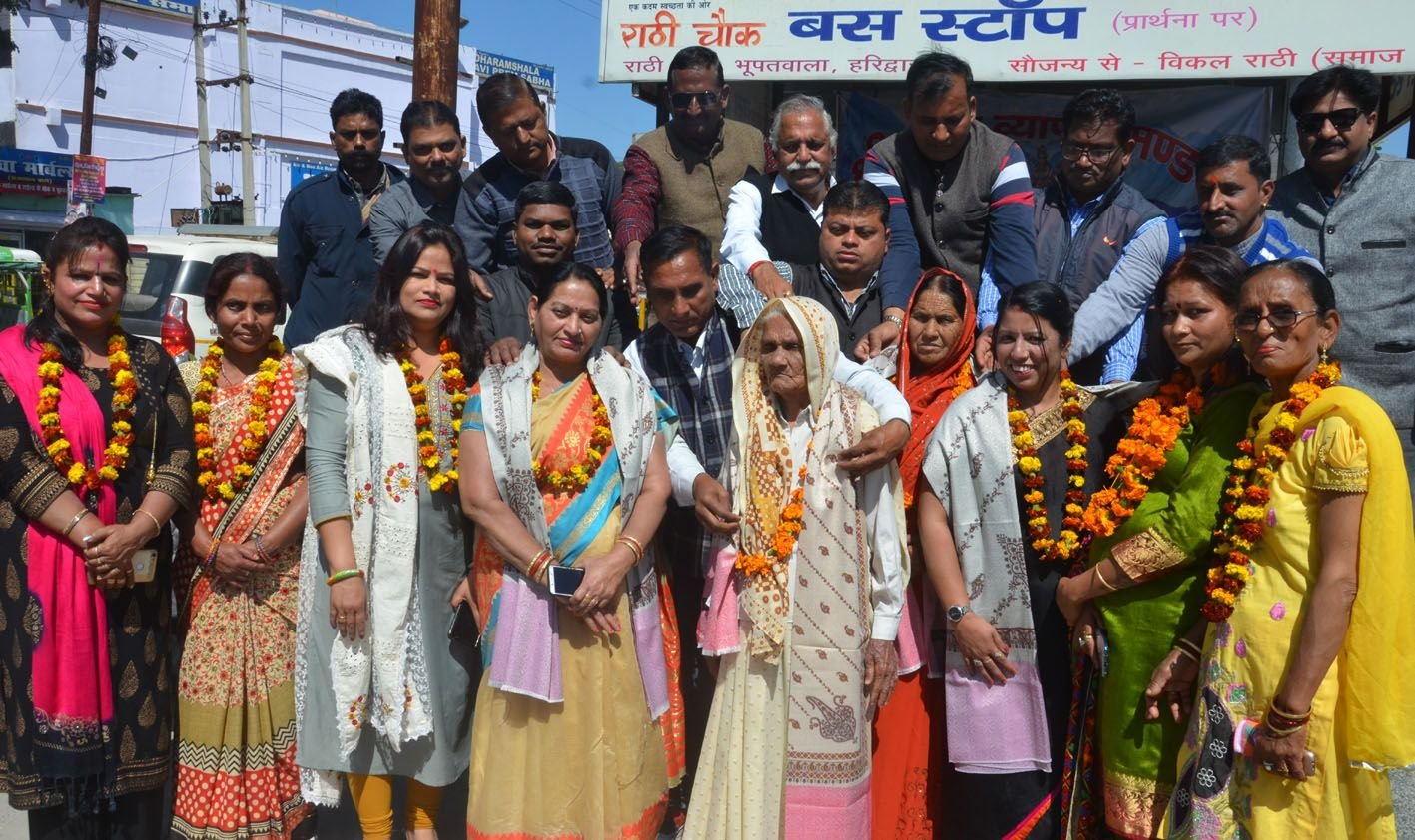 राठी चौक पर गंगा व्यापार मंडल की और से आयोजित महिला दिवस पर महिलाओं को सम्मानित करते पदाधिकारी ।