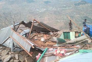हिमाचल में भारी बारिश से दो घर ढहे, अंधड़ से उड़ीं 52 मकानों की छतें, 250 ट्रांसफार्मर ठप