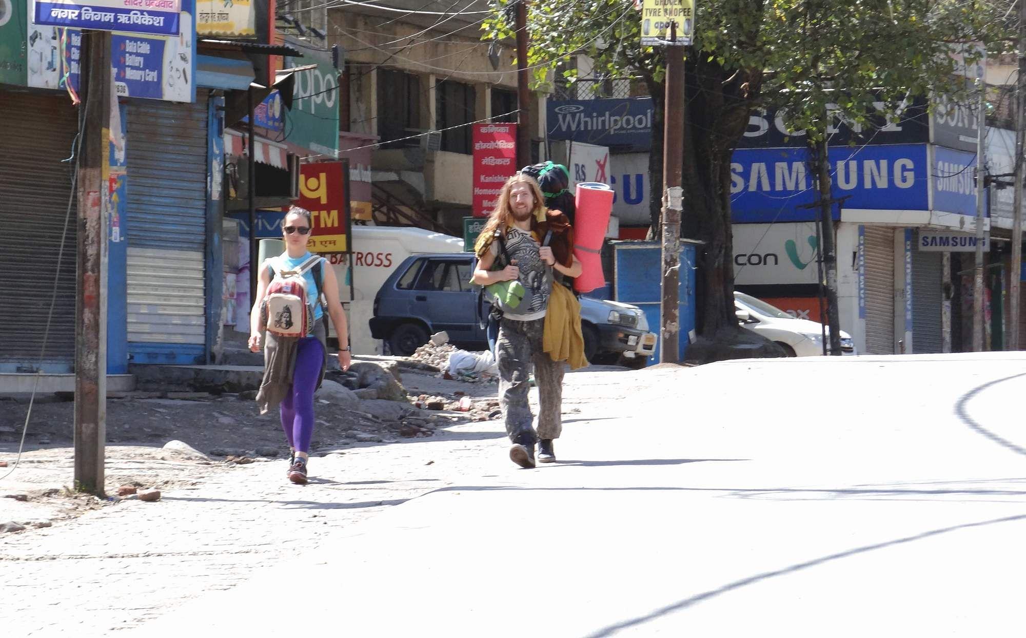 हरिद्वार मार्ग पर गुजरता विदेशी नागरिकों का जोड़ा।