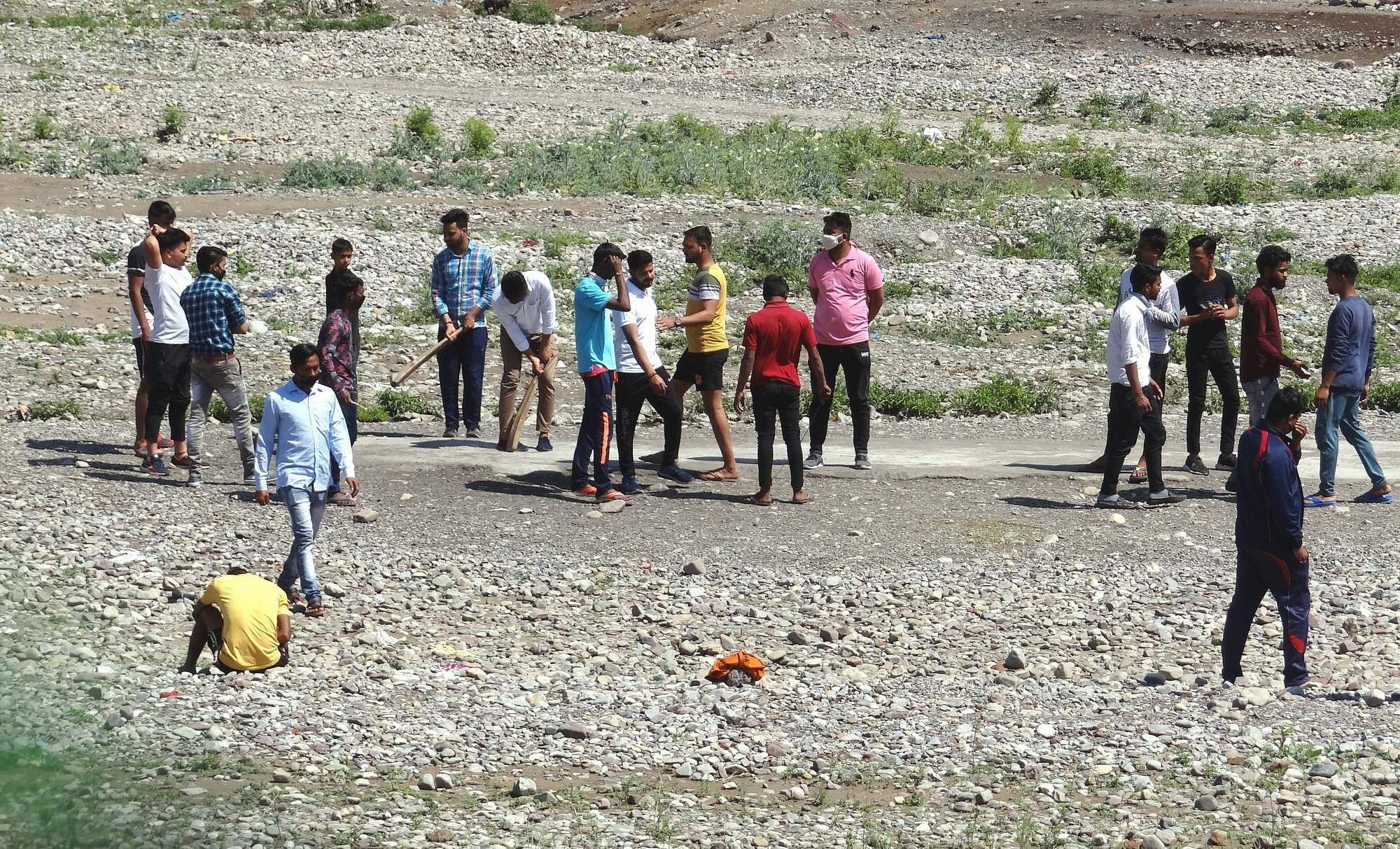 चद्रभागा नदी में जनता कर्फ्यू के दौरान क्रिकेट का आनंद लेते बच्चे।