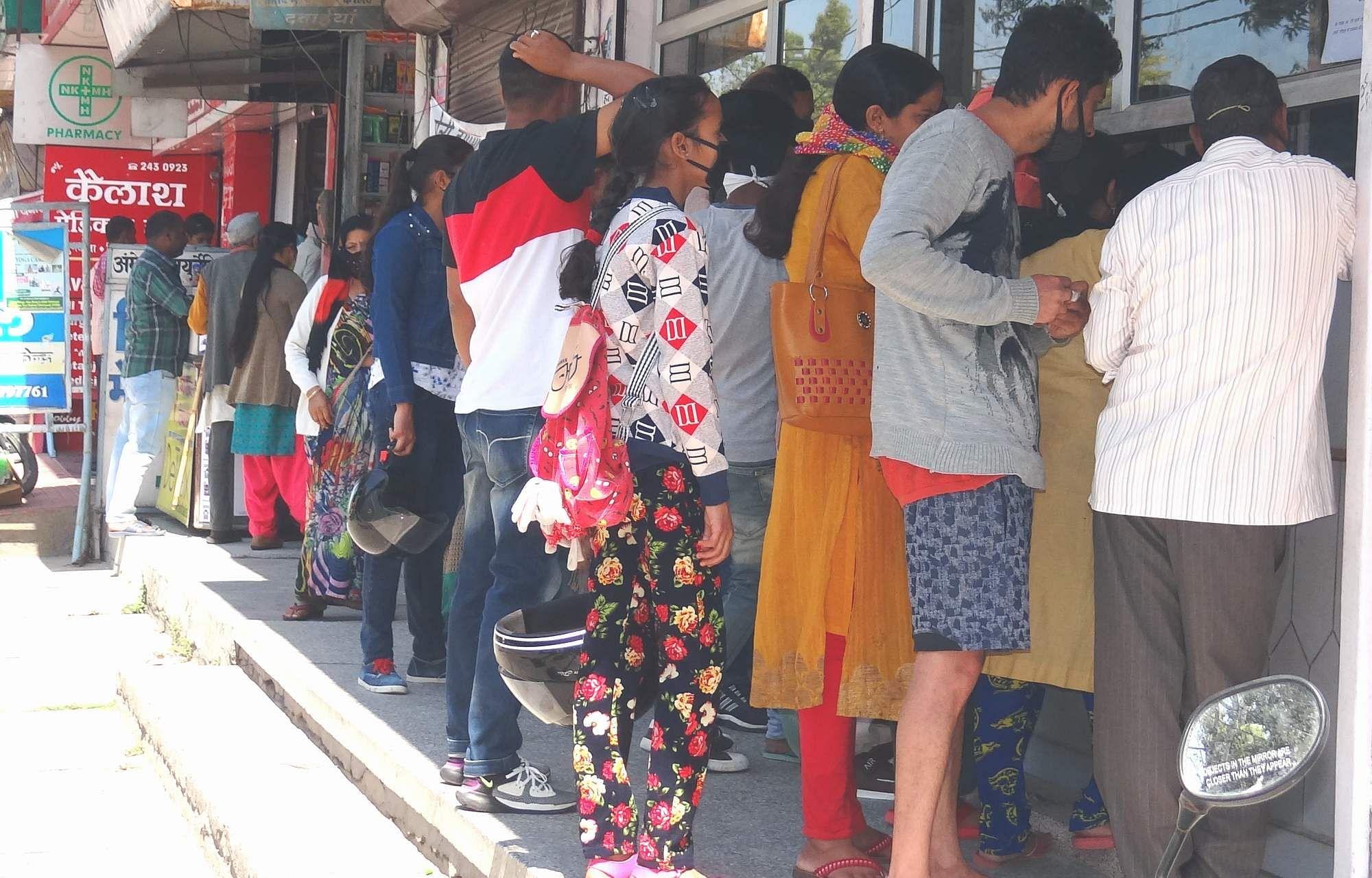 दोपहर 12 बजे देहरादून मार्ग स्थित मेडिकल स्टोर पर आवश्यक सेवा के उमड़ी भीड़।