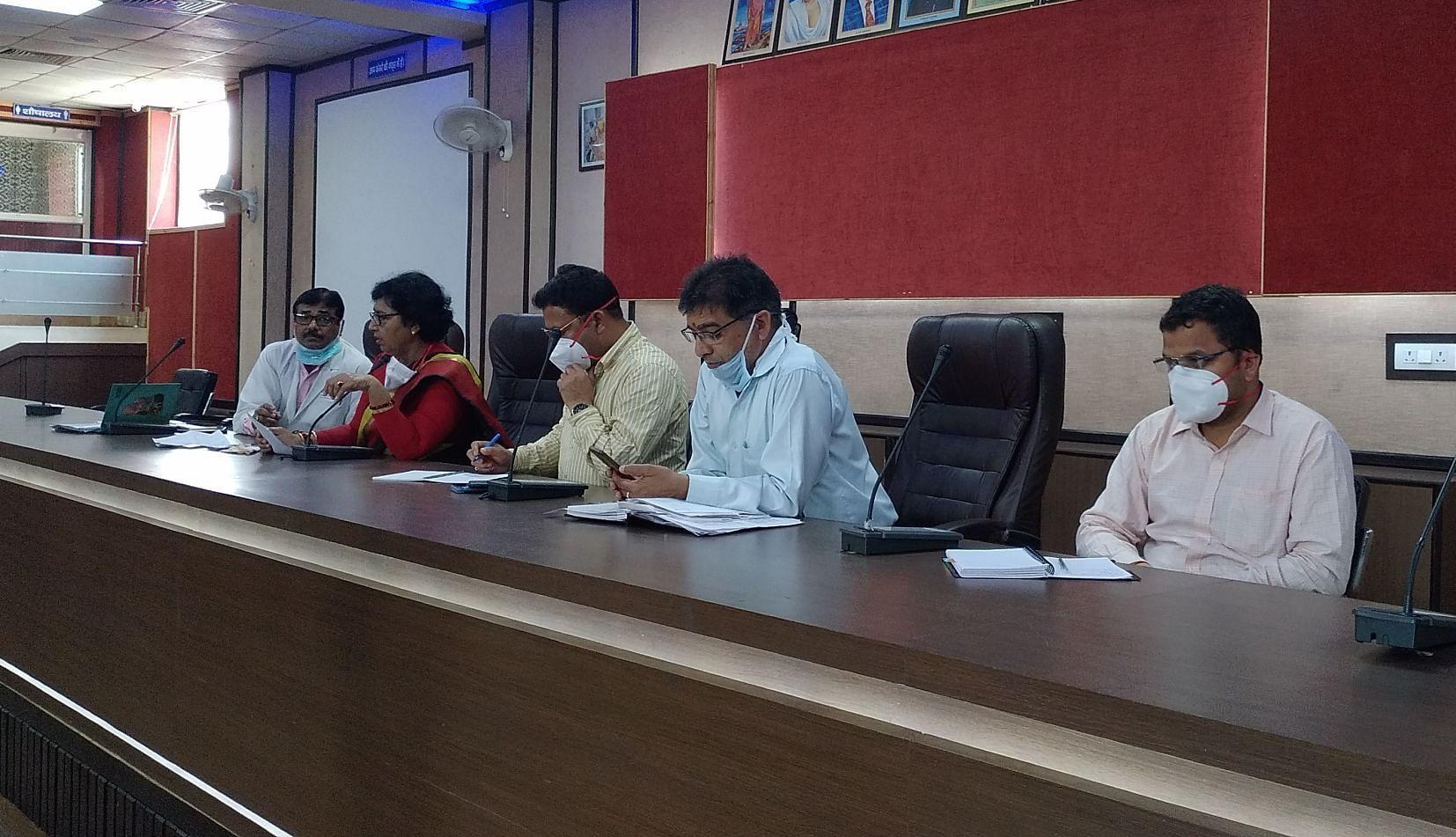 काशीपुर नगर निगम में पार्षदों की बैठक लेते एसडीएम। संवाद न्यूज एजेंसी