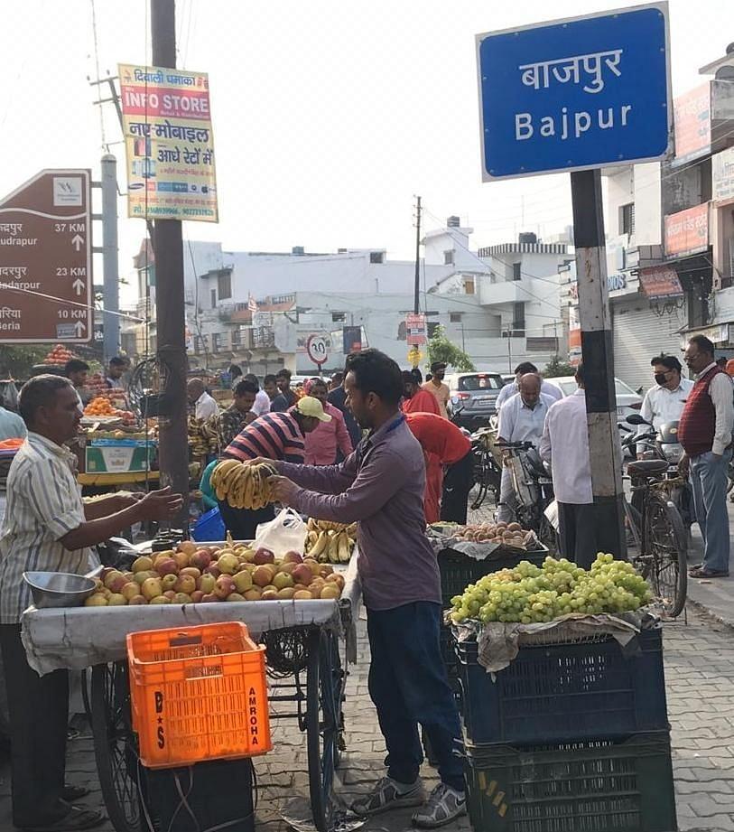 बाजपुर में फल खरीदते लोग।