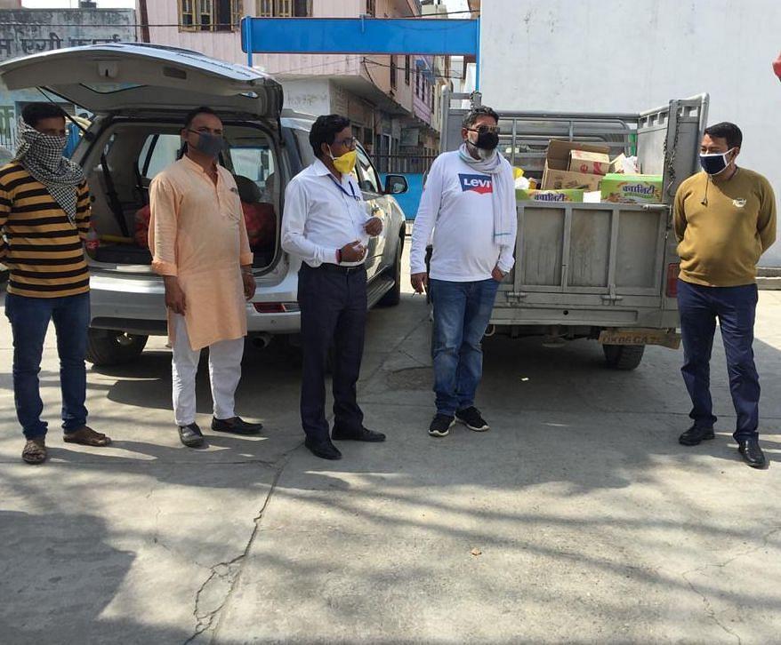 बाजपुर व्यापार मंडल की ओर से घरेलू सामान से भरे दो वाहन।