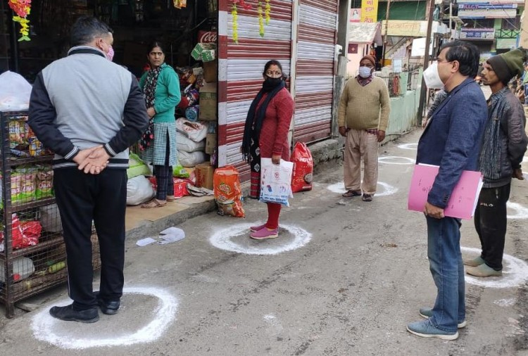 Lockdown in Uttarakhand News Live Update : people follow social maintain rule during shopping