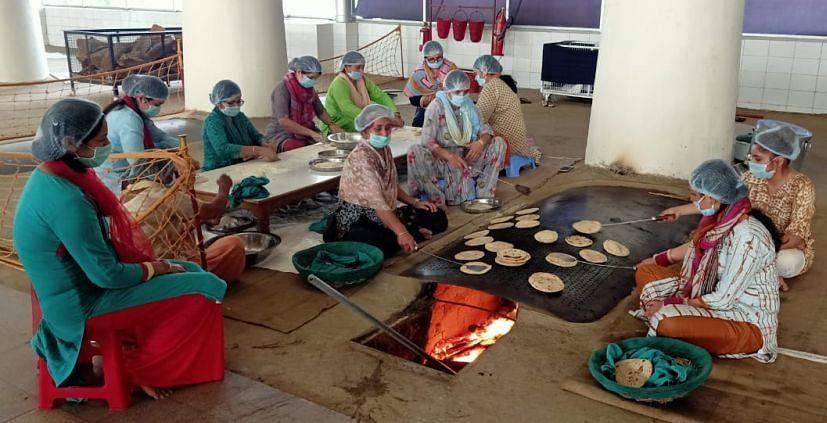रुद्रपुर के राधा स्वामी सत्संग भवन में गरीबों के लिए भोजन तैयार करते सेवादार।