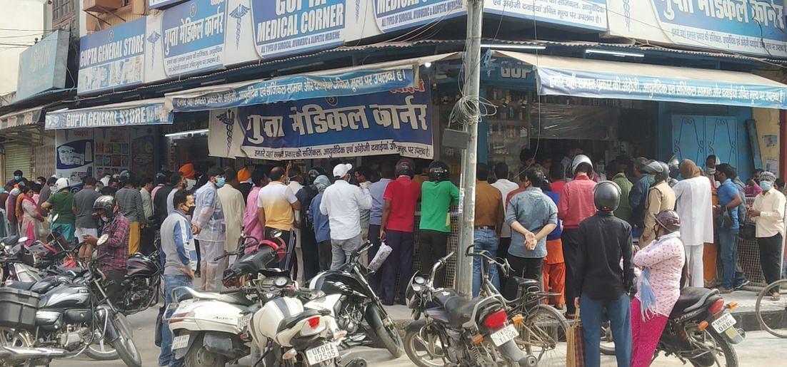 रुद्रपुर के एक मेडिकल स्टोर में सामाजिक दूरी के नियम की धज्जियां उड़ाकर भीड़ लगाकर दवा लेते लोग।