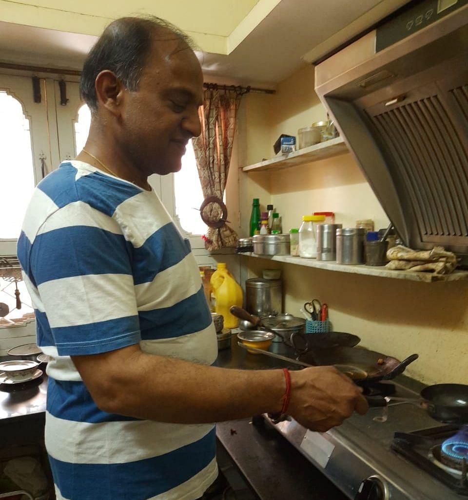 इंद्रपुरी स्थित आवास में रसोई में पत्नी का हाथ बटाते उद्योग पति आलोक जैन- संवाद