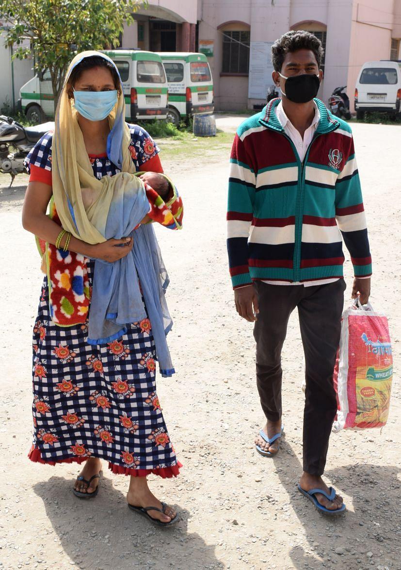 रुद्रपुर जिला अस्पताल से पैदल घर जाता दंपती।