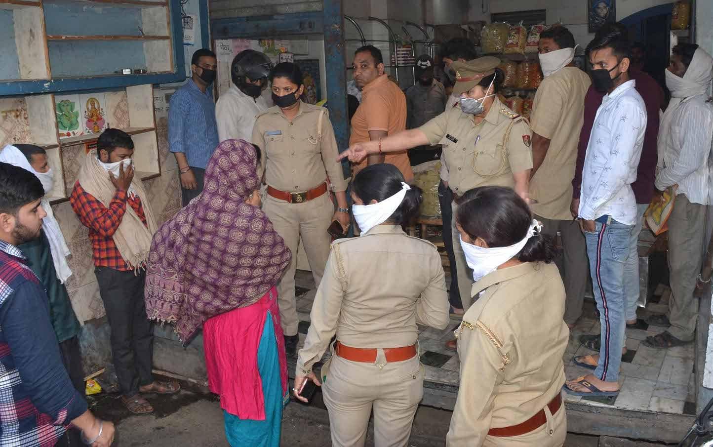 शामली परचून की दुकान में समान ले रहे लोगो को समझाती महिला पुलिस कर्मी