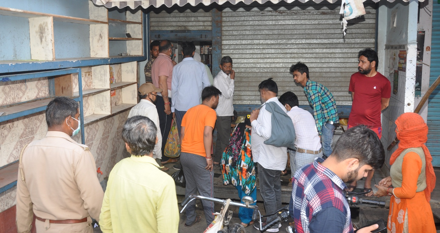 शामली में नमकीन की दुकान में समान लेने के लिये लगी भीड
