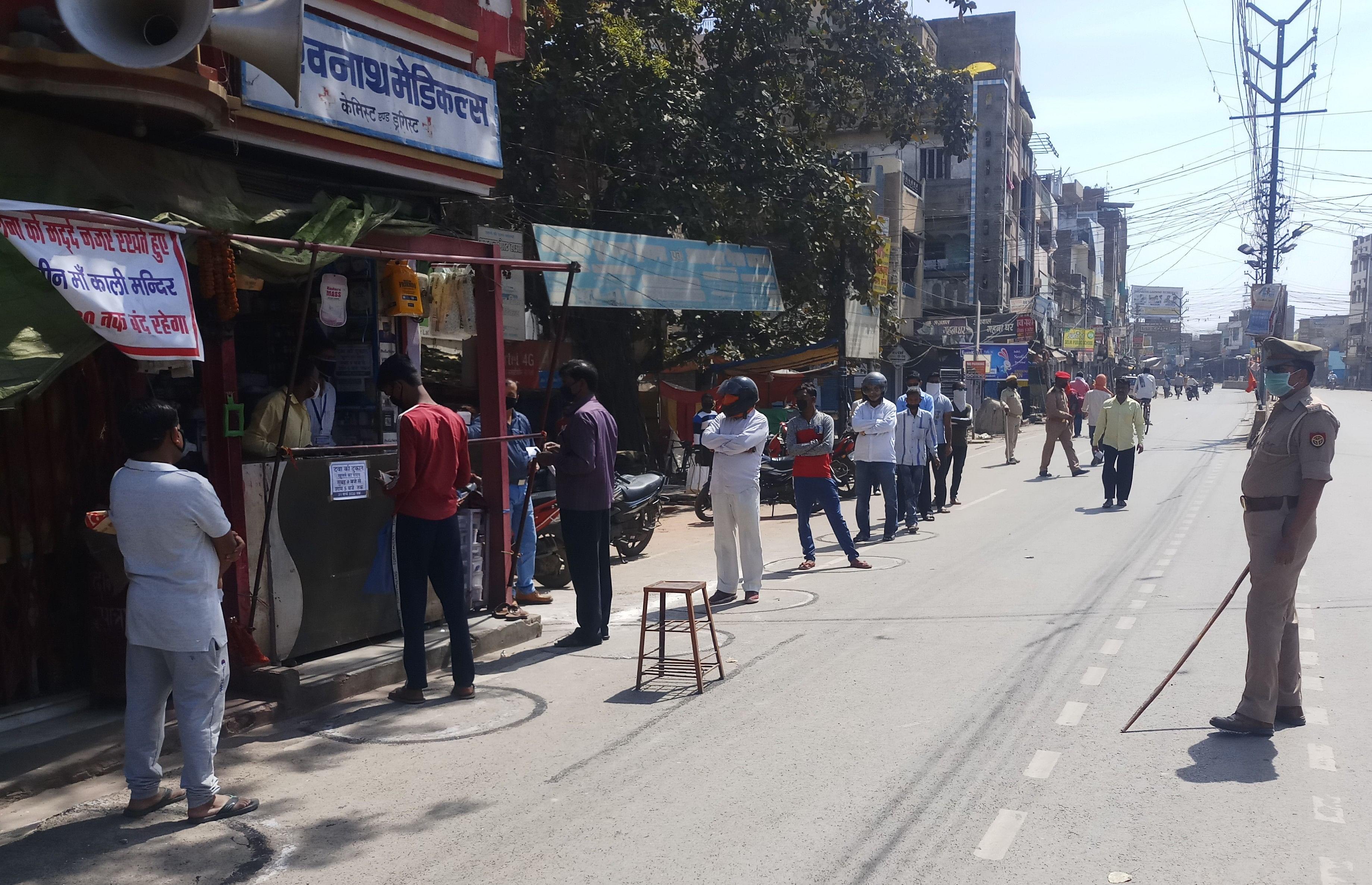 पीडीडीयू नगर में दुकान से दवा लेने के लिए एक मीटर की दूरी पर कतार में लगे लोग।