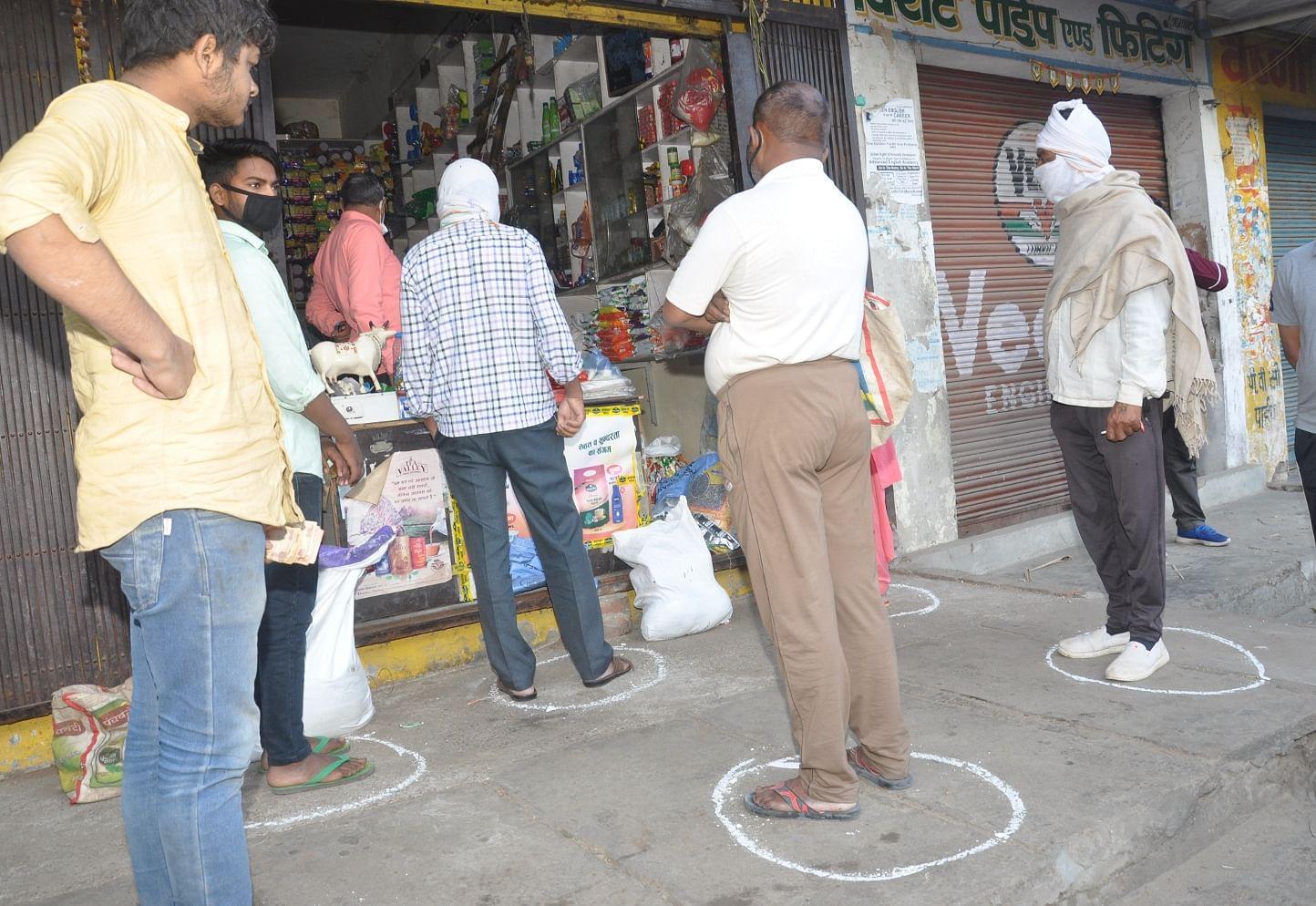 शामली  में लॉकडाउन से  परचून की दुकान में फासला लेकर खडे ग्राहक