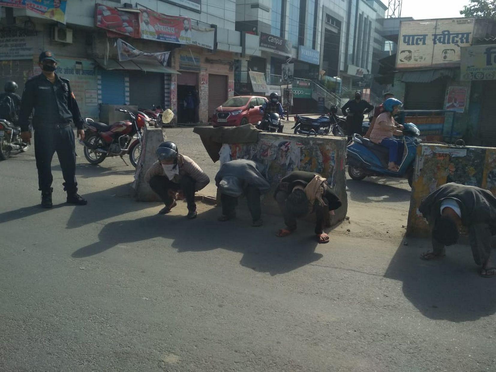 काशीपुर में लोगों से उठक बैठक कराती पुलिस।
