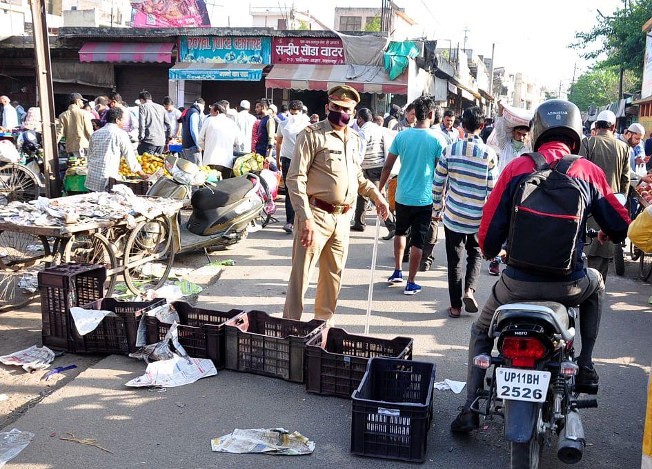 सहारनपुर में लॉकडाउन के चलते खरीदारी करने वाहनो पर आये लोगो को रोकती पुलिस कर्मी