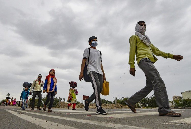 Coronavirus Lockdown : Petition Filed In Supreme Court To Request To Remove Troubles Of Migrant Workers, Labor - कोरोना लॉकडाउन: मजदूर 'पैदल' चलने को मजबूर, सुप्रीम कोर्ट में याचिका दाखिल - Amar