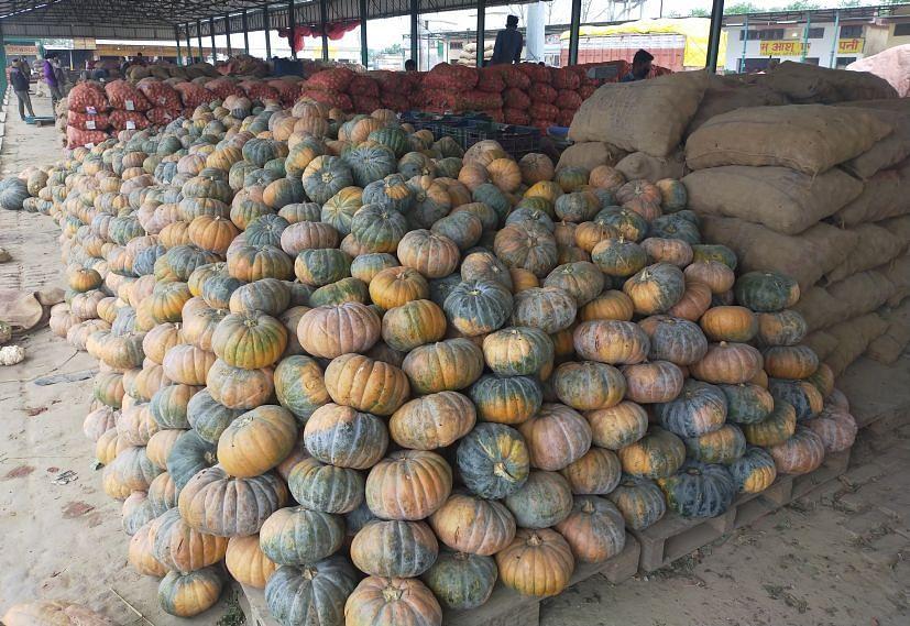 रुद्रपुर के मंडी समिति आढ़त पर लगा सब्जियों का ढेर।