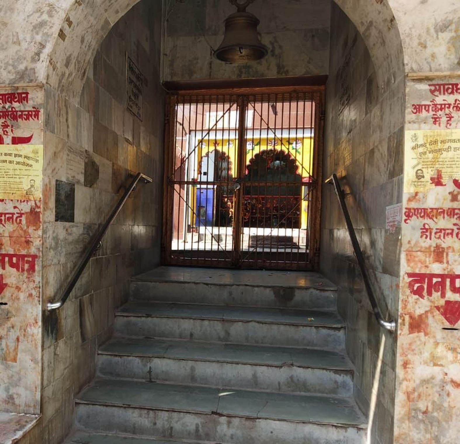 नवरात्र के तीसरे दिन भी बंद पड़ा बांदा के प्रमुख महेश्वरी देवी मंदिर का गेट।