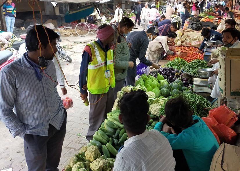 रुद्रपुर के सब्जी मंडी में सब्जी खरीदने को मची होड़।
