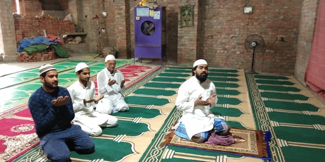 मुहम्मदाबाद में पीरों वाली मस्जिद नमाज अदा कराते पेश इमाम