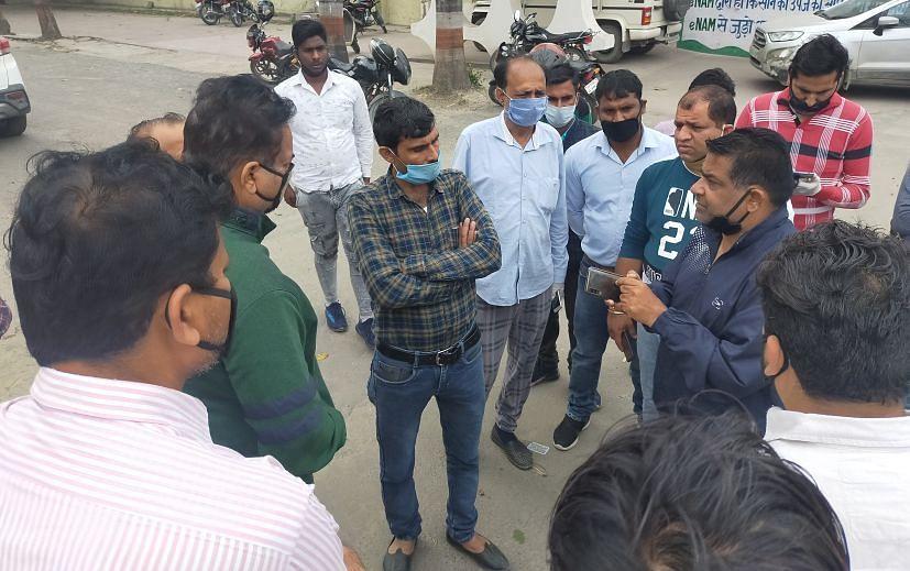 रुद्रपुर में मंडी समिति में हो रहे दिक्कतों को लेकर बात करते आढ़ती।