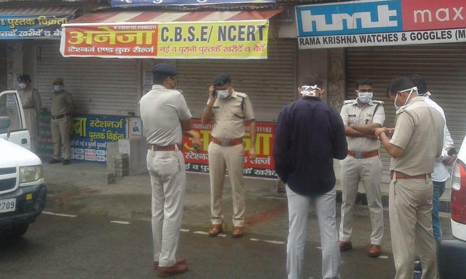 गीता भवन चौक के पास पुलिस कर्मियों से बातचीत करते डीएसपी डा.रवींद्र कुमार।