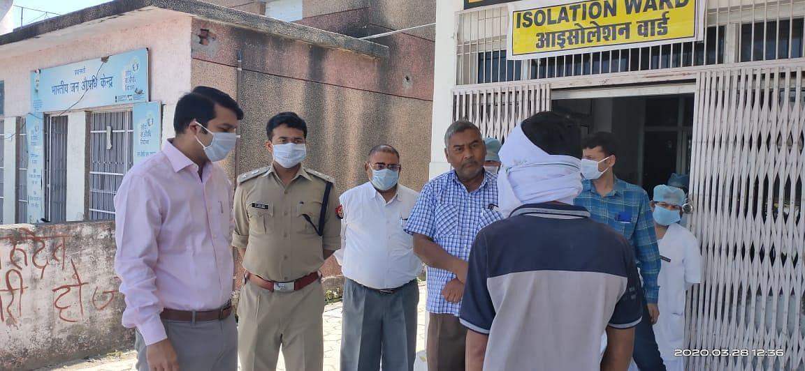 जिला अस्पताल में आइसोलेशन वार्ड में मरीजों से पूछताछ करते डीएम मन्नान अख्तर एसपी सतीश कुमार