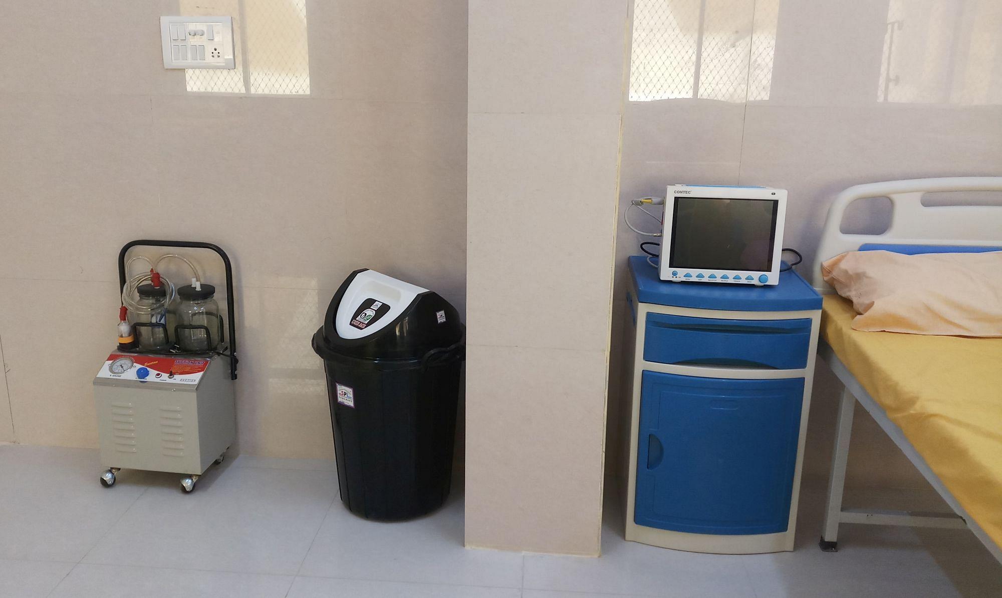 गोंडा के जिला अस्पताल में बने कोविड-19 वार्ड में रखी सक्शन मशीन।