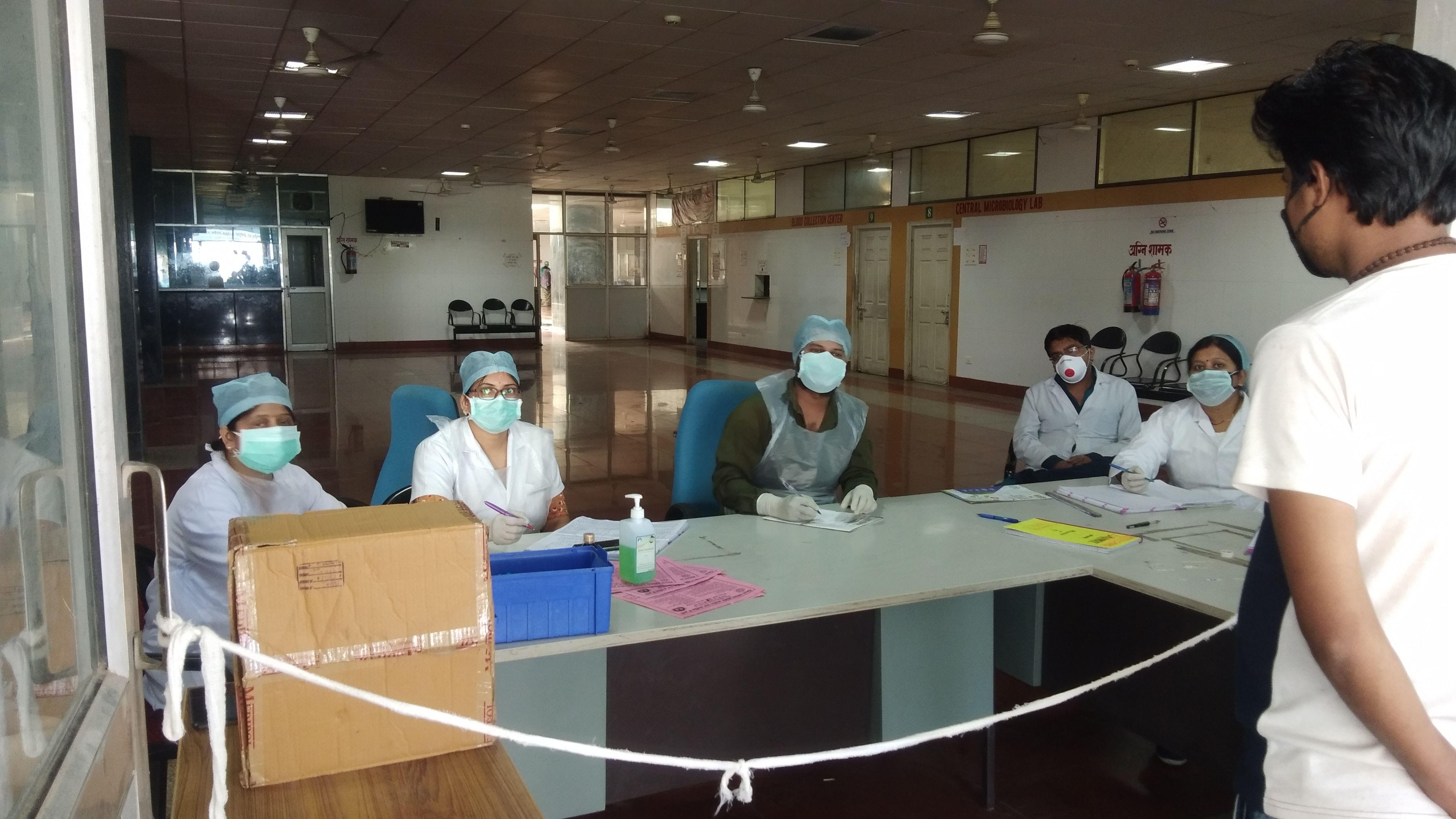 राजकीय मेडिकल कॉलेज में डाक्टरों की टीम मरीज देखती