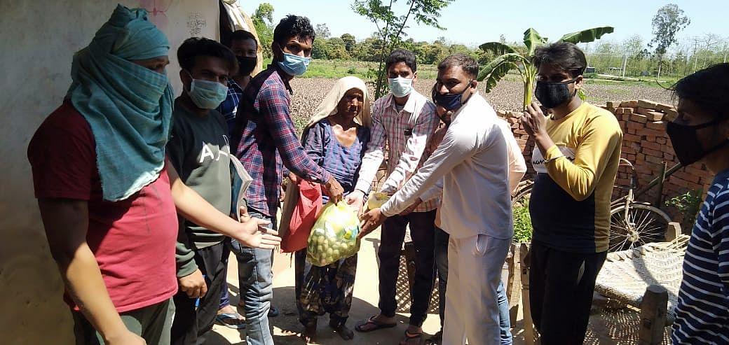 नानौता के पठानपुरा में गरीबों को खादय सामग्री देते भीम आर्मी कार्यकर्ता