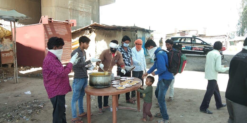 राठ रोड स्थित बाहर से आए लोगों को भोजन वितरित कर आते समाजसेवी