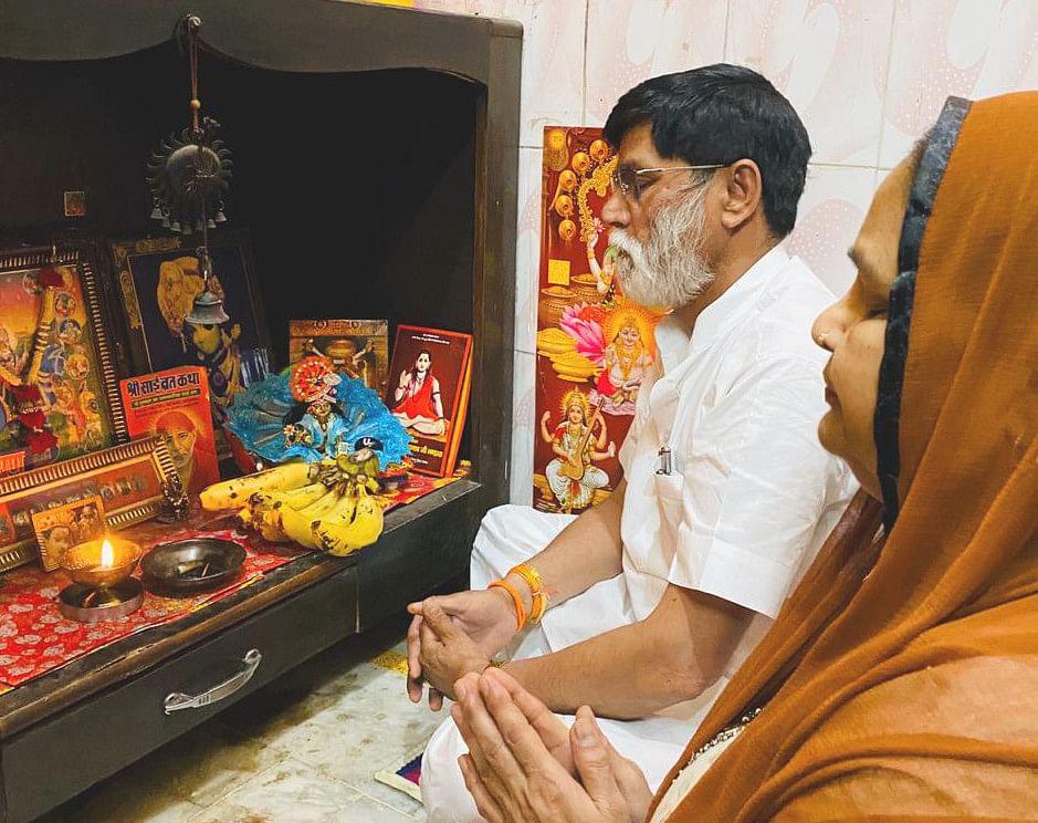 देवबंद की गांधी कालोनी में मां दुर्गा के पांचवे स्वरूप स्कंदमाता की पूजा अर्चना करते श्रद्धालु