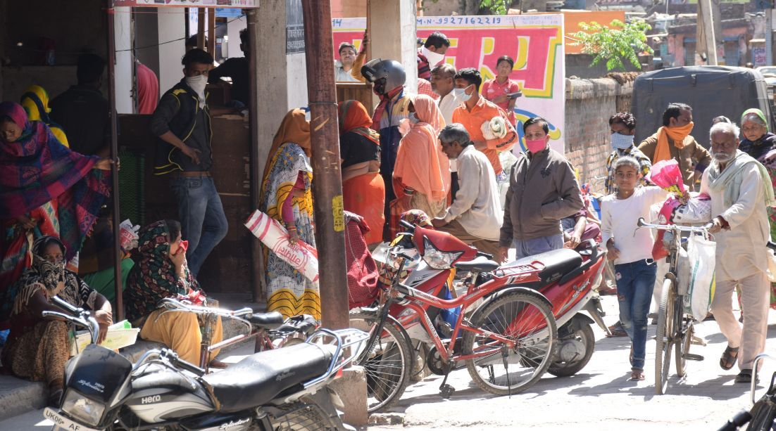 रुद्रपुर के रंपुरा में सरकारी सस्ते गल्ले की दुकान में लगी भीड़