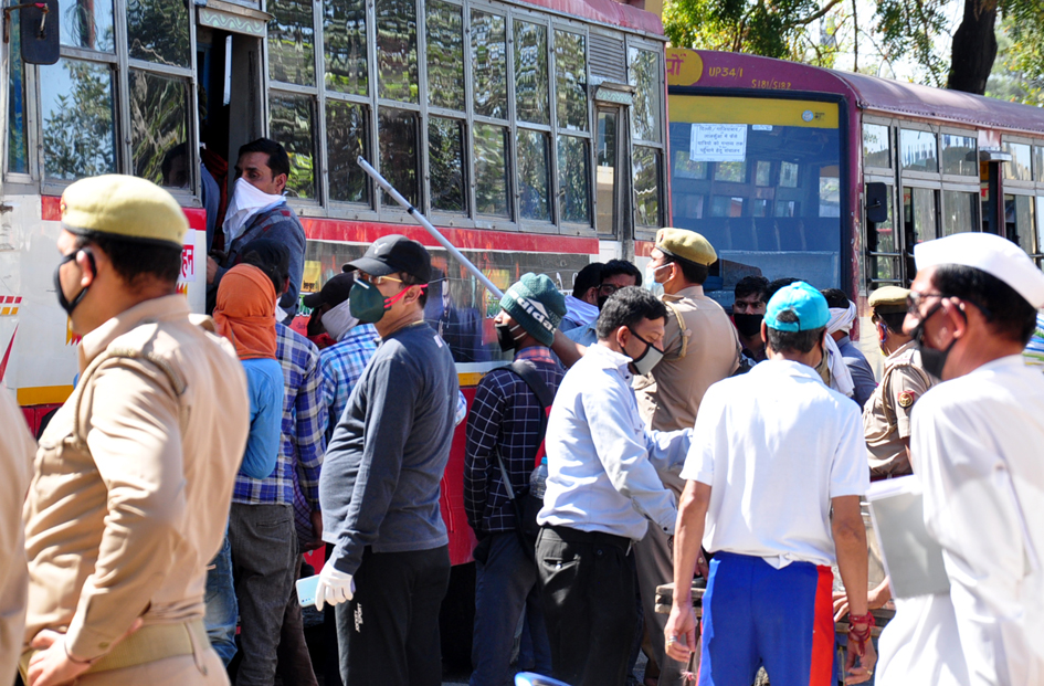 सहारनपुर में लॉकडाउन के चलते पंजाब हरियाणा से आये मजदूरो बंसो के लिये स्टेडियम में पहुंचे मजदूर ?