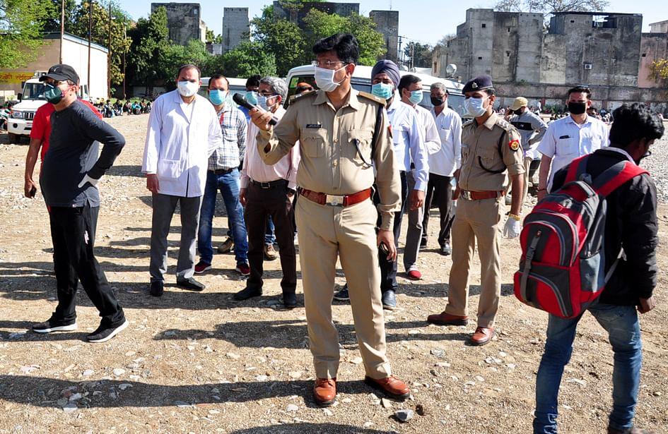सहारनपुर में लॉकडाउन के चलते पंजाब हरियाणा से आये मजदूरो बंसो के लिये स्टेडियम में पहुंचे मजदूर?