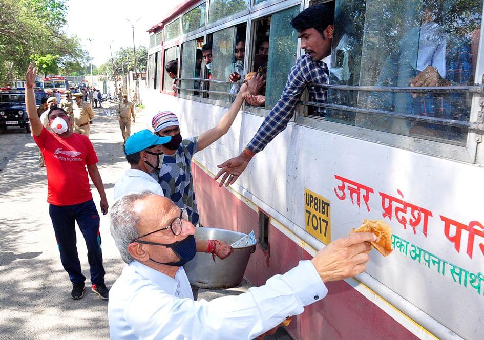 सहारनपुर में लॉकडाउन के चलते पंजाब हरियाणा से आये मजदूरो को भोजन प्रदान करते लोग