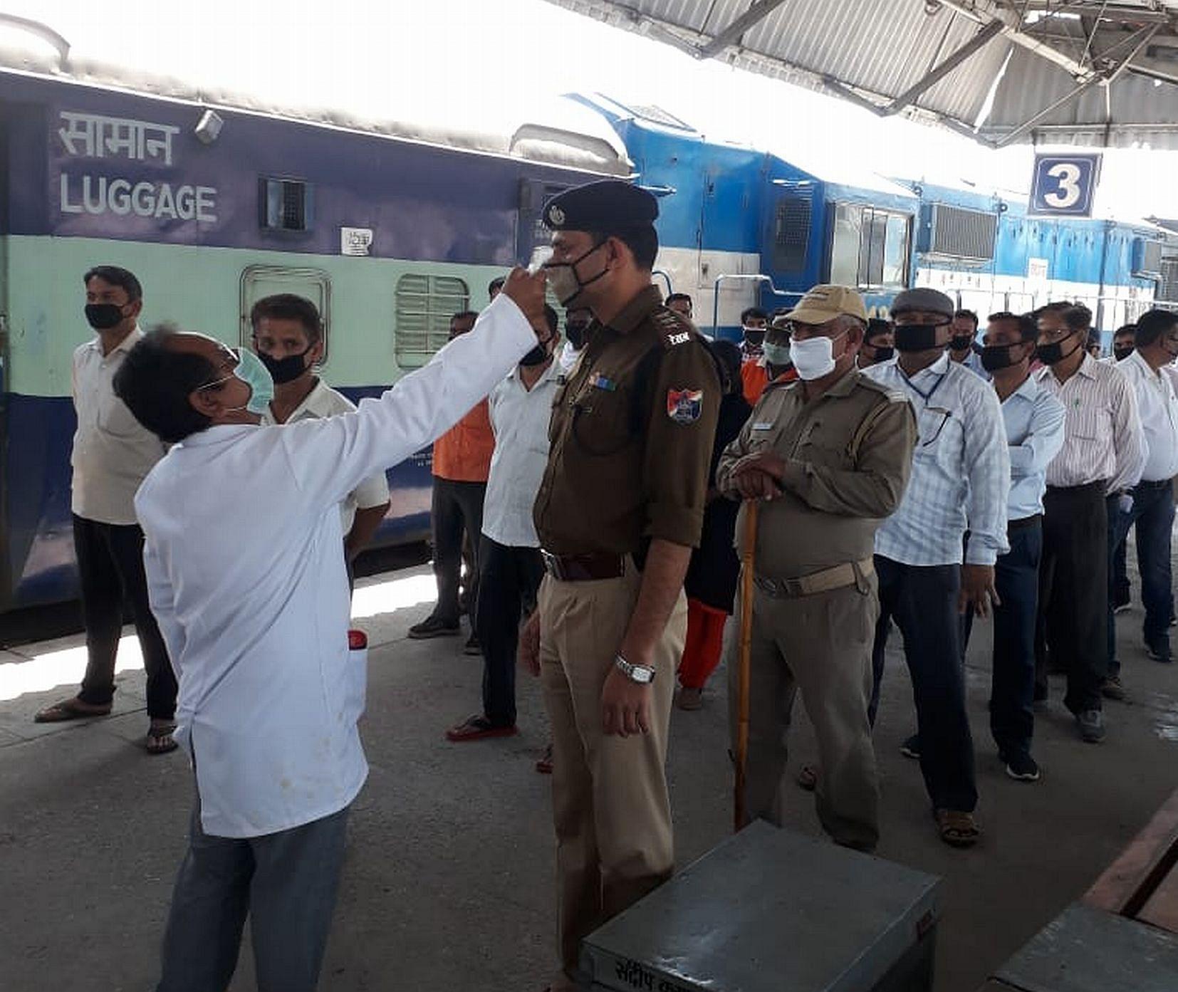 काशीपुर रेलवे स्टेशन पर आरपीएफ जवानों की थर्मल स्क्रीनिंग करते डॉक्टर।