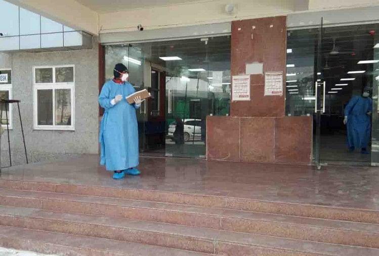 उत्तर प्रदेश के कानपुर में कोरोना वायरस कहर बरपा रहा है। रविवार को आई एक रिपोर्ट ने शहर में कोरोना से पांचवी मौत की पुष्टि की है। वहीं 17 नए कोरोना पॉजिटिव केस सामने आए हैं। जिसमें से 14 की पुष्टि केजीएमयू और तीन की पुष्टि जीएसवीएम ने की है।